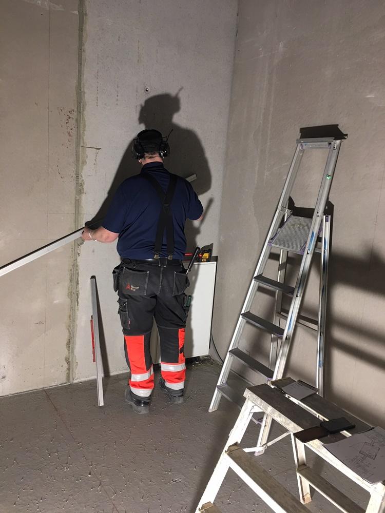 Bosse mäter ut en blivande platsgjuten u-trappa
